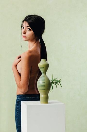 West vaso in ceramica la cui forma è ispirata alla donna dell'ovest