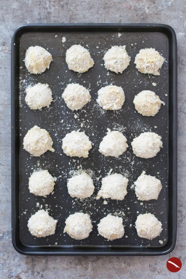 Bitterballen, holländische Fleisch-Kroketten selbstgemacht #bitterballen #rezept #deutsch #dutch #maken #photography #recipe_dutch #mozarella #vegan #vegetarisch #champignon #packaging #fried #zelf #frittierte #foodblog #netherlands #hollands