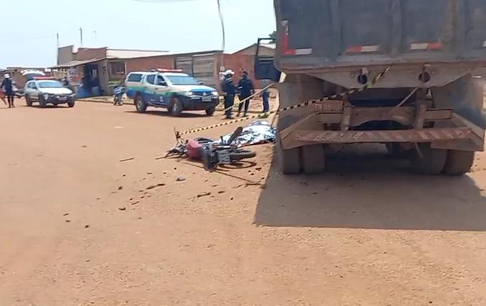 URGENTE - Motociclista morre esmagado por caçamba na zona Sul