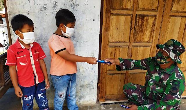 Bangun Kedekatan, Sertu Budi Bagikan Es Krim Kepada Anak-anak
