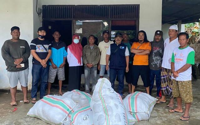 Tiga Kelompok Pembudidaya Ikan di Sinjai Terima Bantuan Benur Udang Windu
