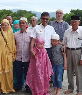 Sempatkan Shalat di Masjid Raya Sumbar, Ternyata 15 Wisatawan China adalah Muslim