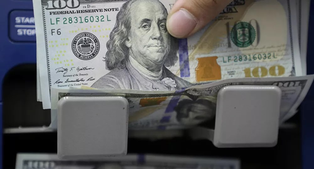 الدولار يهبط إلى أدنى مستوياته منذ فبراير بفعل بيانات اقتصادية مخيبة للآمال