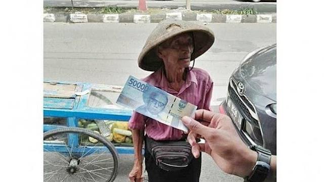 Seorang Pengemudi Mobil sampai Hati Tipu Kakek Penjual Rujak Ini Pakai Uang Palsu, yang Terjadi Selanjutnya Tak Disangka-sangka