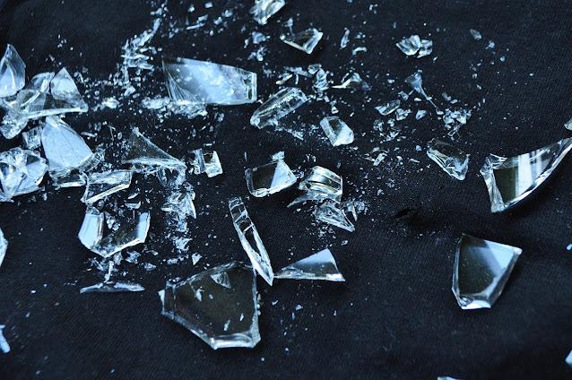 A fragilidade do vidro e dos ossos de quem possui essa doença.
