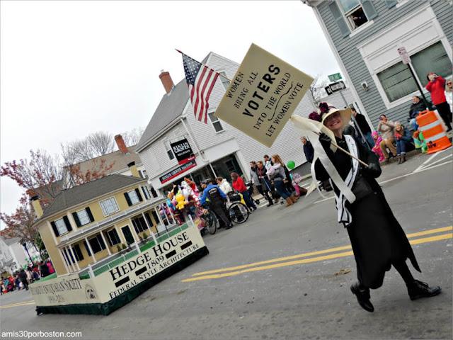 Voto Mujeres en el Desfile de Acción de Gracias en Plymouth, Massachusetts