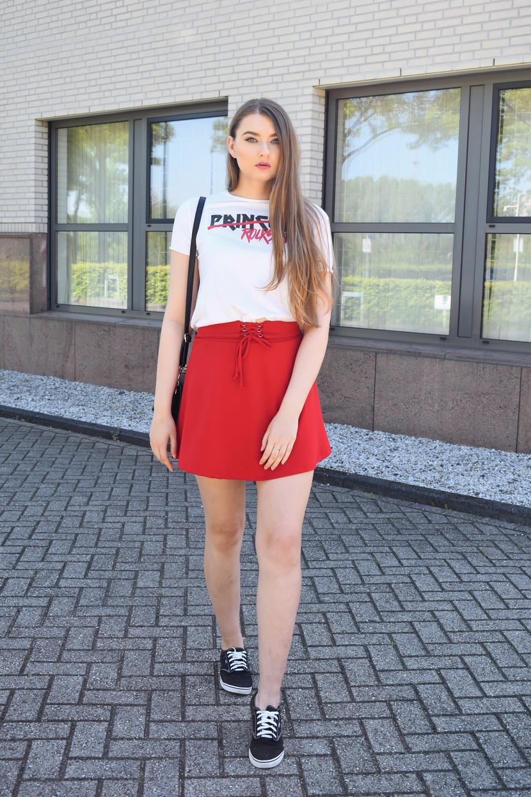 Co pasuje do czerwonej spódnicy?