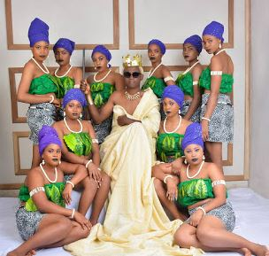 Anambra Lecturer Honoured For Creative Teaching Technique, Poses With The Ladies