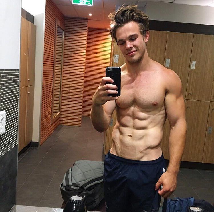 cute-smiling-gym-locker-boy-mirror-selfie-pecs-abs