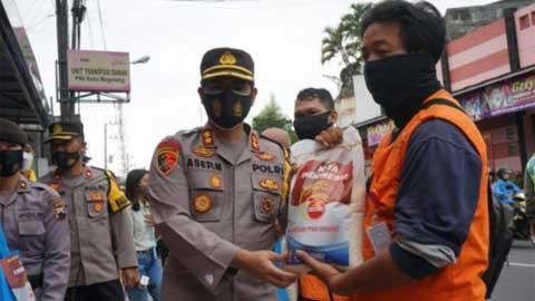 Kapolres Magelang Serahkan Bansos Kapolri