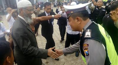 Di Gontor, Zakir Naik Tersanjung Disambut Ratusan Polisi dan Tentara