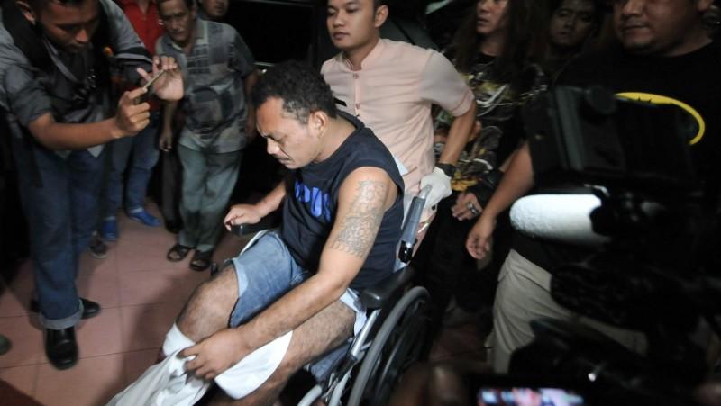 Alfin Sinaga digiring petugas dengan kursi roda