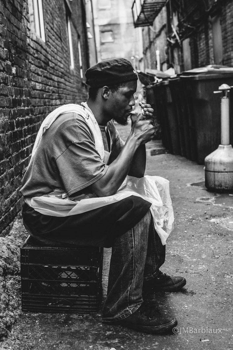 Sokakta bir fotoğraf çekimi için poz veriyor - uzun bir hafıza için iyi bir fotoğraf