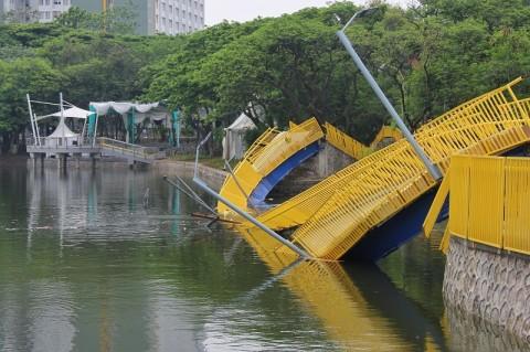 """Berniat Bully Anies dengan """"Jembatan Sehari Ambruk Kurang Aibon"""", Eh Kepercik Muka Sendiri"""