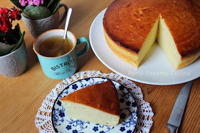 Torta di ricotta laccata al miele. Una bontà facile da preparare e senza glutine, che profuma di Pasqua e di Primavera. Ottima per accompagnare il tè.