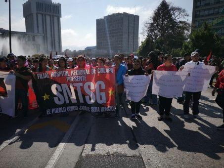 Maestros y médicos protestan por mejoras laborales en Guatemala