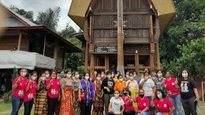 Srikandi Theo-Zadrak Berikan Pelatihan Sanggul di Tongkonan Ledan