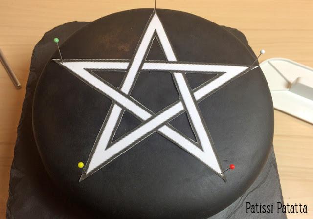 pentacle, gâteau Halloween, Halloween cake, pentacle cake, pentacle Halloween, cake design, roses en gumpaste, bougies gumpaste, faire du sang sur un gâteau, recette pour faire du sang, pâte à sucre, gumpaste, gâteau rouge et noir, gâteau gothique, gothic cake, ganache chocolat/caramel, patissi-patatta