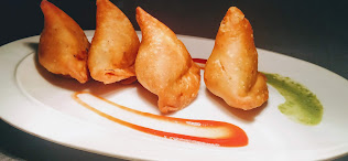 Serving samosa in plate with green chutney samosa recipe