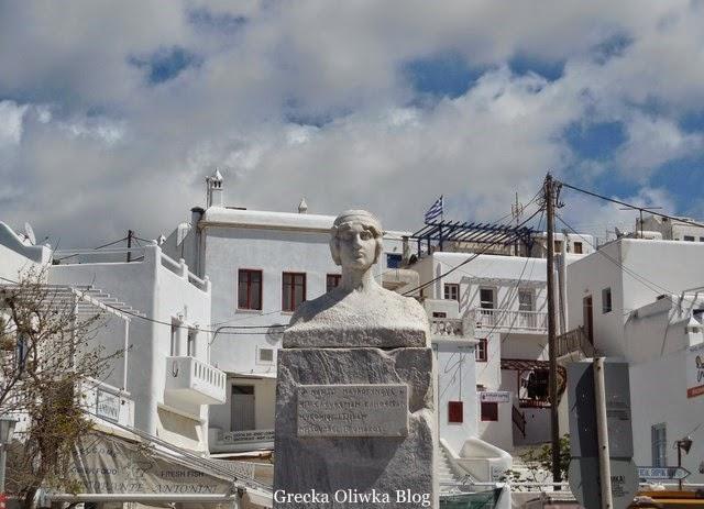 pomnik Manto Mavrogenous na tle zachmurzonego nieba