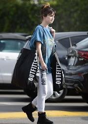 Selena Gomez lọ laisi atike, didara julọ, ijanilaya kan, woju lẹhin ti ohun tio wa