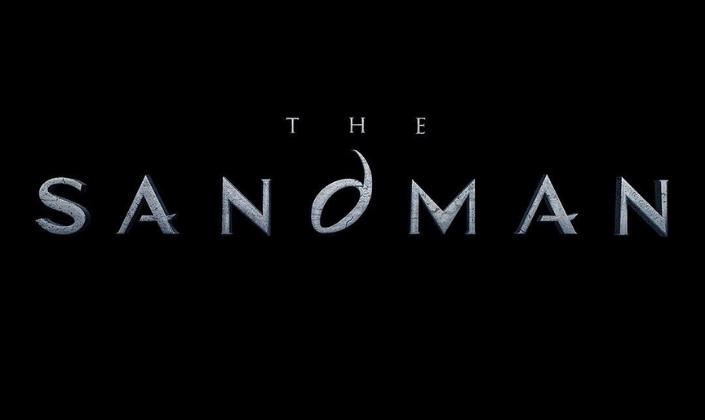 Imagem: fundo preto com o logo oficial de The Sandman, em uma fonte metálica com letras serifadas e pontudas e um d arredondado como se fosse um olho no centro.