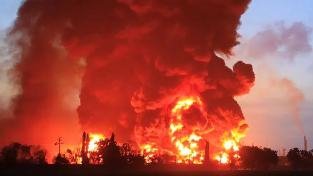 In Fiamme Raffineria di Petrolio Indonesiana