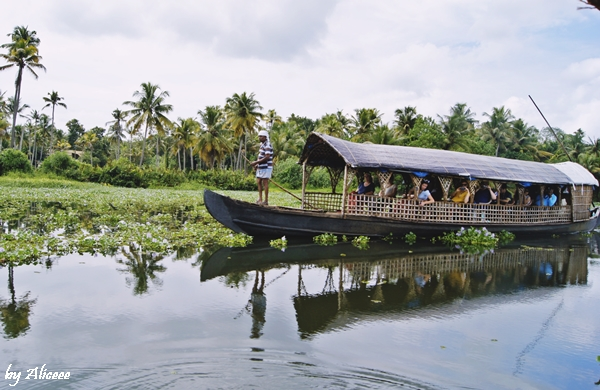 Cu-barca-traditionala-in-Kerala-Backwaters