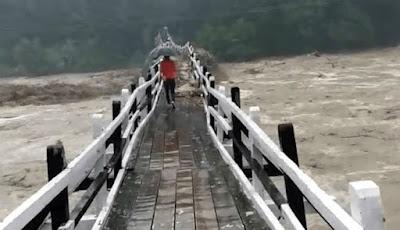 Jembatan diterjang banjir ekstrem