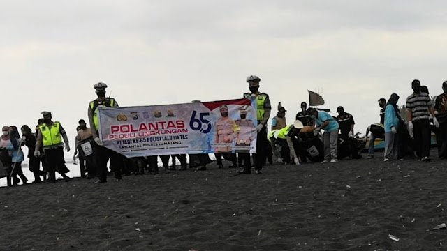 Kapolres Lumajang Ikut Bersih-bersih di Pantai Watu Pecak