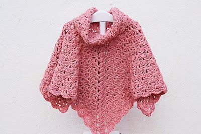 Imagen Poncho de abanicos de niña a crochet terminado
