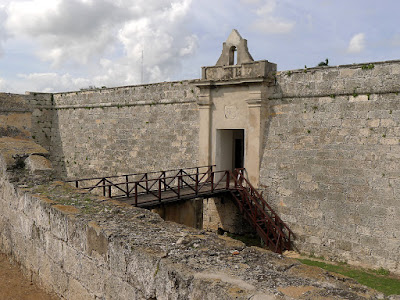 Kuba, Matanzas, Befestigungen des Castillo de San Severino, gewaltiger Graben und hohe Mauern.