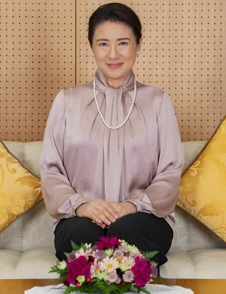 Empress Masako wore an old-rose silk satin pussy-bow blouse, and black trousers. Pearl necklace and pearl diamond earrings