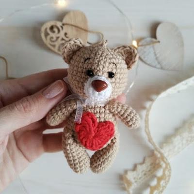 Мишка-валентинка амигуруми