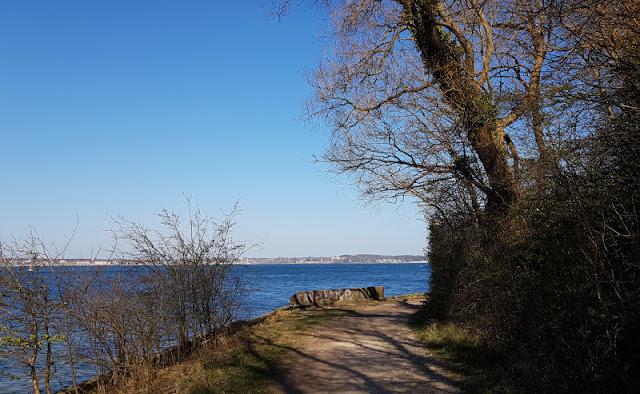 Küsten-Spaziergänge rund um Kiel, Teil 2: Der Ölberg in Mönkeberg. Der Weg am Ufer der Förde ist gut begehbar und führt bis nach Mönkeberg.