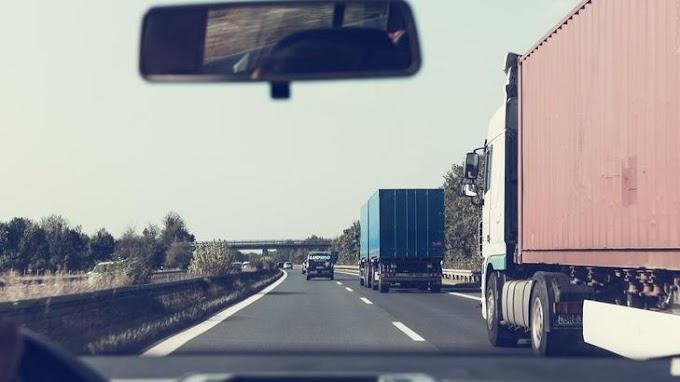 Gigadugó az M1-esen Hegyeshalom felé: tíz kilométeren vesztegel a kocsisor egy árokba hajtott kamion miatt