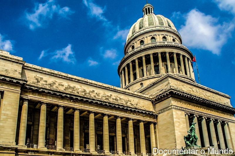 Capitólio; Gran Teatro de La Habana; coco-táxis; Havana; Cuba