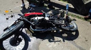 Dos personas pierden control al remolcar motocicletas, y muere uno en accidente