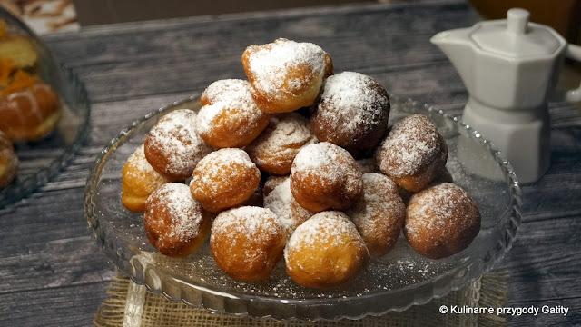 Małe pączki z cukrem pudrem