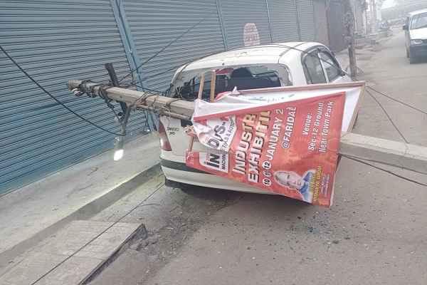 faridabad-nit-1-bijli-poll-fallen-on-santro-car-news