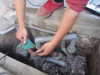 máy bơm nước giếng khoan không lên nước vì sao