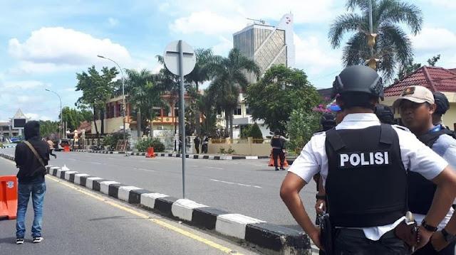 Ditabrak Mobil Teroris di Polda Riau, Kameramen tvOne Terpental