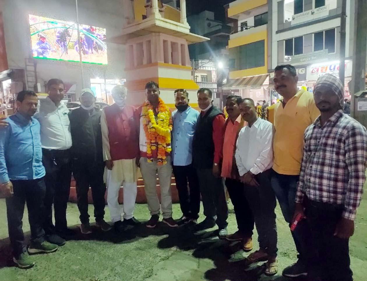 भाजपा मंडल के नवीन अध्यक्ष अंकुर पाठक का राजवाड़ा पर किया गया जोरदार स्वागत