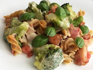 Zapiekanka z makaronem, brokułami i boczkiem