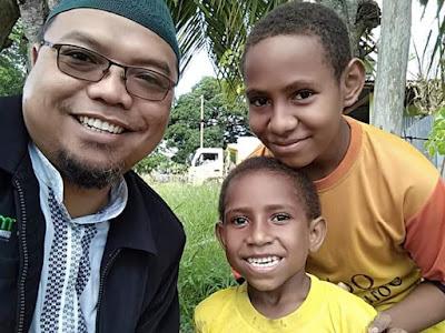 Ust Zuhair bersama anak-anak muslim Papua