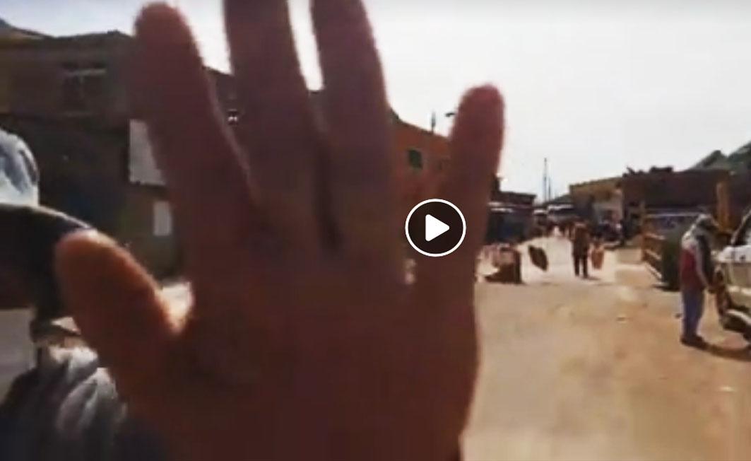 La mano de una persona del distrito rural de Miraflores, Potosí, impide el trabajo de un periodista cuando transmitía a través de Facebook / RRSS