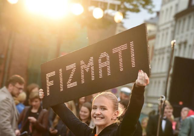 Каждый учебный год в Латвийском Университете начинается с торжественной церемонии Дня Аристотеля на Домской площади, ге собираются студенты-новички