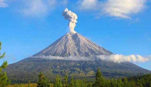 Indonesia merupakan negara kepulauan terbesar di dunia yang mempunyai banyak gunung tinggi 10 PUNCAK GUNUNG TERTINGGI DI INDONESIA