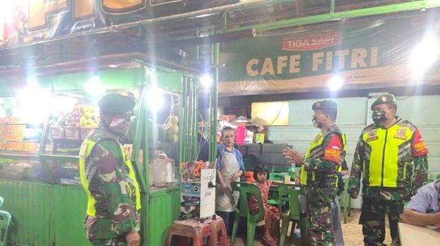 Tegur Warga Yang Sedang Nongkrong Di Pinggir Jalan, Oleh Personel Kodim 0207/Simalungun Agar Patuhi Prokes