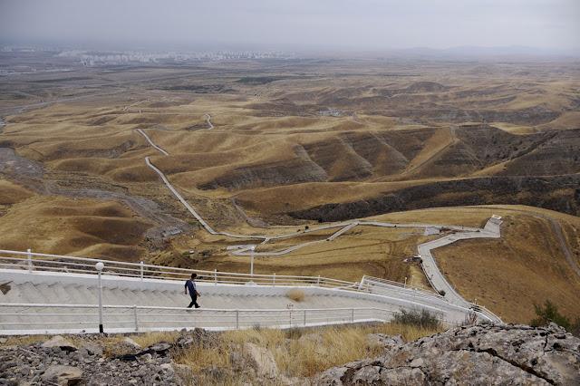 Светское государство, президентская республика. Президент Туркмении — Гурбангулы Бердымухамедов (с 14 февраля 2007 года, до этого с 21 декабря 2006 года по 14 февраля 2007 года исполнял обязанности президента Туркмении). Подразделяется на 6 административно-территориальных единиц, 5 из которых являются велаятами, 1 — город с правами велаята.  Большая часть верующих исповедует ислам.  Туркмения — 4-я в мире по запасам природного газа. Обладает вторым по величине газовым месторождением в мире. С 1993 года в Туркмении существуют лимиты на бесплатную электроэнергию, водопользование и газопотребление, не имеющие аналога во всем мире.